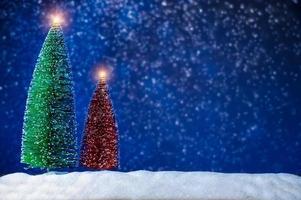 frohe weihnachten und guten rutsch ins neue jahr grußhintergrund. Weihnachtslaterne auf Schnee mit Tanne foto