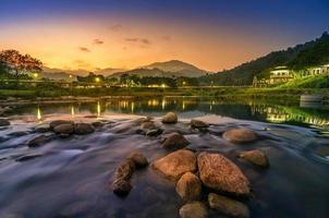 Landschaft des kleinen Flusses und des schönen Sonnenuntergangs Keeree Wong Ban Khiri Wong Dorf Nakhon Si Thammarat Thailand foto