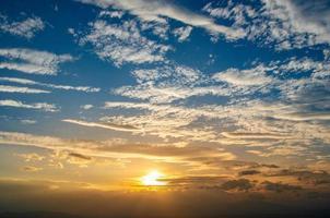 Cirrocumulus Morgenhimmel kleine und große Wolken sind dicht mit der Sonne unten foto