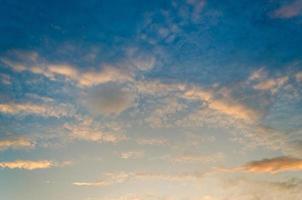Unter dem Horizont ist ein goldenes Licht. dramatischer Himmel mit Wolken bei Sonnenuntergang, morgens foto