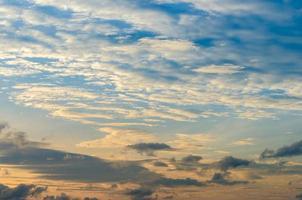 Unter dem Horizont ist ein goldenes Licht. dramatischer Himmel mit Wolken bei Sonnenuntergang, morgens bewölkt foto