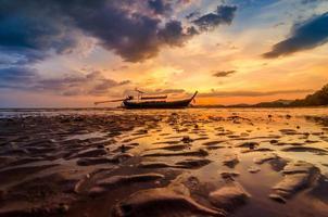 ao nang krabi thailand der strand hat abends viele menschen.goldenes licht foto