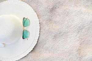 Hüte und Brillen befinden sich an einem klaren Tag am Meer foto