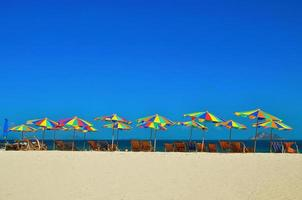 Meer, Insel, Regenschirm, Thailand, Khai Insel Phuket, Sonnenliegen und Sonnenschirme an einem tropischen Strand? foto