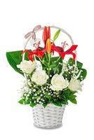 weiße Rosen und roter Lilienstrauß im weißen Korb isoliert auf weißem Hintergrund. foto