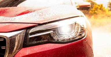 Nahaufnahme der vorderen Scheinwerferlampe des modernen Autos. foto