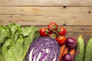 Gemüsearrangement auf Holztisch foto