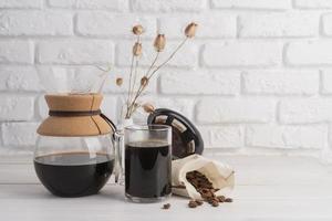 über Kaffeemaschine gießen foto