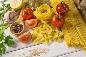 gesundes Essen Tomaten und Spaghetti-Linien foto