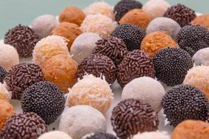 Brigadeiros, eine sehr beliebte Süßigkeit, die auf brasilianischen Partys hergestellt und verbreitet wird foto