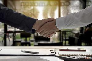 die Geschäftsleute beendeten das Treffen und den glücklichen Händedruck des Geschäftsmannes, nachdem der Vertrag geschlossen wurde, um ein Teamwork-Partner zu sein. foto