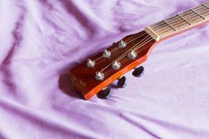 klassische Gitarre auf dem Sofa foto