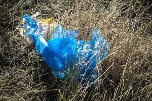 blaue Plastiktüte auf dem Boden. foto