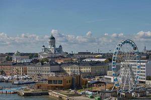 Pier, Riesenrad und Kathedrale der Diözese Helsinki, Finnland foto