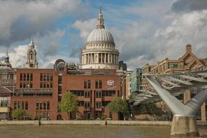 st. Pauls Cathedral und die Millennium Bridge in London, Großbritannien foto