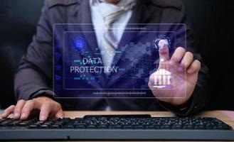 Geschäftsmann mit Computer und Berühren des Symbols Banking auf Netzwerkverbindung foto
