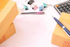 Draufsicht auf den Arbeitsplatz mit Büroausstattung foto