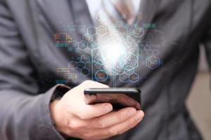 Geschäftsmann, der mit Smartphone-Fracht arbeitet und die Lieferung für den Transport und das globale Netzwerk intelligenter Logistik verfolgt foto