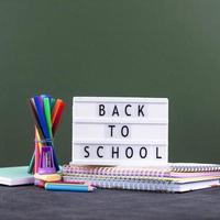 zurück zum Schulhintergrund mit Schulmaterial foto