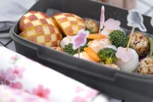 leckeres Picknick mit Kirschbaumblüten foto