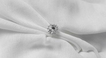 Draufsicht Hochzeitsarrangement mit Ring- und Umschlagblumen foto