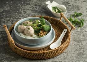 köstliche Bakso-Bowl-Zusammensetzung mit hohem Winkel angle foto