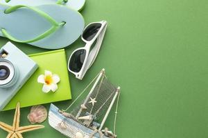 Reiseartikel auf grünem Hintergrund foto