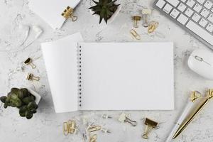 elegante Schreibtischanordnung Draufsicht foto