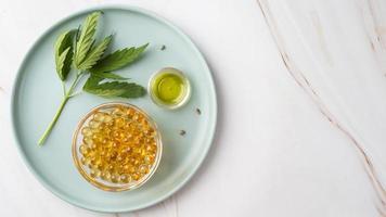 Draufsicht natürliches Cannabisöl-Flaschensortiment mit Cannabisblatt foto