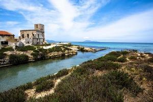 verlassenes Gebäude an der Küste foto