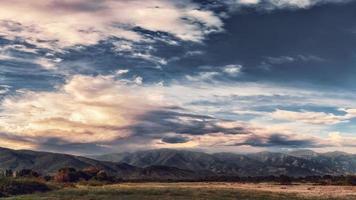 Abendlandschaft mit dramatischem Himmelssonnenuntergang an der Grenze zu Dorjan, Dojran-See, Fyr-Mazedonien, Süd-Mazedonien. foto