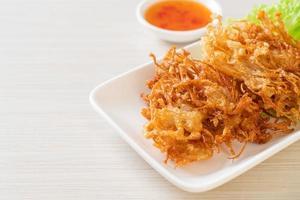 gebratener Enoki-Pilz oder goldener Nadelpilz - vegane und vegetarische Küche foto