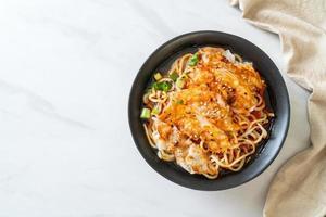 Ramen-Nudeln mit Gyoza oder Schweineknödel - asiatische Küche foto