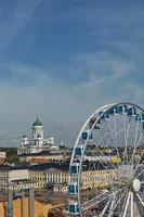 Riesenrad und Kathedrale der Diözese in Helsinki, Finnland foto