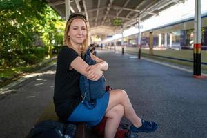 blondes Mädchen, das am Nikko-Bahnhof lächelt foto