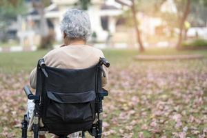 asiatischer Senior oder ältere alte Dame Patientin im Rollstuhl im Park, gesundes, starkes medizinisches Konzept. foto