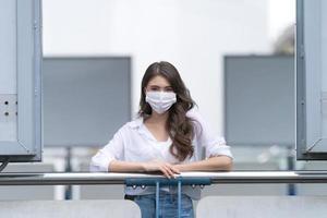 junge Frau mit medizinischer Gesichtsmaske foto