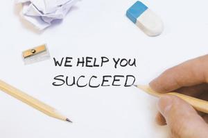wir verhelfen Ihnen zum Erfolg. Hand schreibt auf Whiteboard ein Geschäftsideenkonzept. foto
