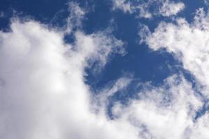 blauer Himmelshintergrund mit Wolken. Lichtungstag und gutes Wetter. selektiver Fokus foto