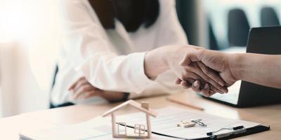 Geschäftshändedruck und Geschäftsleute. geschäftsführer gratulieren der gemeinsamen geschäftsvereinbarung.konzept für immobilien, umzug oder miete von eigentum. foto