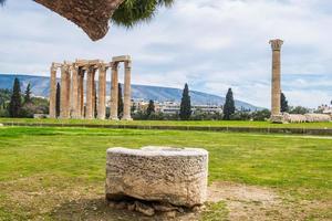 Ruinen des antiken Tempels des Olympischen Zeus in Athen foto