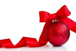 rote Weihnachtskugel, mit roter Schleife, isoliert auf weißem Hintergrund, mit Textfreiraum foto