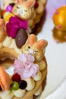 Details einer Ostertorte - Vanilletorte verziert mit Makronen und Blumen foto