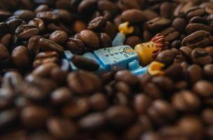 Warschau 2020 - Lego Minifigur schläft in den Kaffeesamen foto