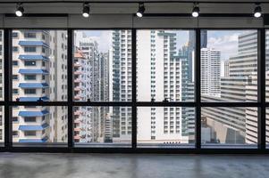 Innenbüro mit Fenster und überfülltem Gebäude im Geschäftsviertel foto