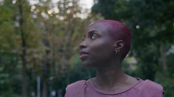 Porträt einer jungen Frau, die im Park spazieren geht foto