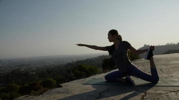 Porträt einer Frau in Yoga-Pose foto