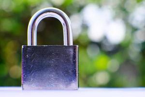 Vorhängeschloss auf grünem Bokeh-Hintergrund und Geschäftssicherheitskonzept zum Schutz personenbezogener Daten foto
