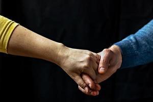 junges Paar, das Händchen hält und Liebe und Fürsorge zeigt, Ehemann und Ehefrau sind zärtlich nah beieinander und zeigen Unterstützung und Verständnis foto