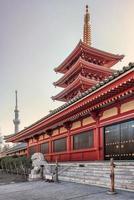 Senso-ji-Pagode und Tempel am Abend in Tokio, Japan foto